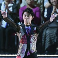 オープニングの演技で観客を魅了する羽生結弦=千葉市美浜区で2019年5月24日、竹内紀臣撮影