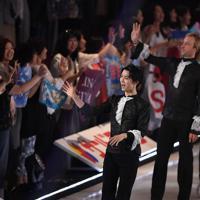 アイスショーの最後に観客の声援に応える羽生結弦=千葉市美浜区で2019年5月24日、竹内紀臣撮影