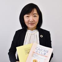 ベトナム語訳が追加された日本語教材テキストを手に持つJTMとくしま日本語ネットワークの兼松文子会長=徳島市昭和町3の県労働福祉会館で、岩本桜撮影