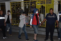 Suspects in a large-scale phone scam emerge from a detention facility in central Bangkok to be transferred to Japan, on May 24, 2019. (Mainichi/Shinichi Nishiwaki)