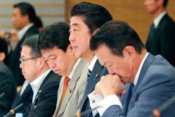 IT総合戦略本部・官民データ活用推進戦略会議合同会議であいさつする安倍晋三首相(右から2人目)