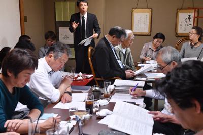 急増した観光客によるトラブルへの対策を話し合う住民たち。京都市の観光戦略課長(奥)も出席した=東山区で2019年5月14日、川平愛撮影