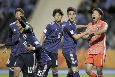 【日本-エクアドル】後半、PKを止め、雄たけびを上げるGK若原(右端)と、駆け寄る郷家(右から3人目)ら日本の選手たち=ゲッティ共同
