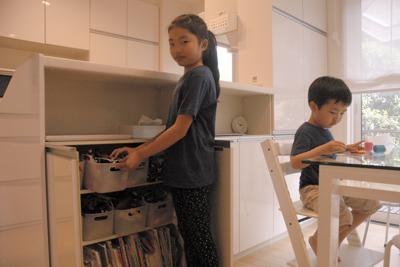 1人1カ所ずつの収納を設置した鎌田さん宅のリビング=東京都調布市で、大沢瑞季撮影