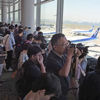 トランプ米大統領の搭乗機を一目見ようと、到着の数時間前から待ち構える人たち=羽田空港で2019年5月25日午後1時38分、丸山博撮影