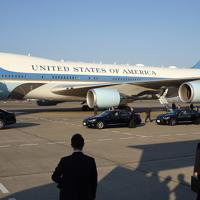 令和初の国賓として来日したトランプ米大統領を乗せた専用車(手前左)と、大統領専用機「エアフォースワン」=羽田空港で2019年5月25日午後5時21分、丸山博撮影
