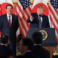 日本企業の経営者らを集めたレセプションであいさつするトランプ米大統領。左奥はハガティ駐日米大使=東京都港区の米国大使公邸で2019年5月25日午後6時11分、手塚耕一郎撮影