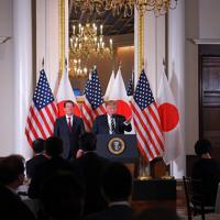 日本企業の経営者らを集めたレセプションであいさつするトランプ米大統領(中央奥)=東京都港区の米国大使公邸で2019年5月25日午後6時16分、手塚耕一郎撮影