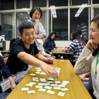 ひらがなとカタカナのカードを使った神経衰弱ゲームで日本語を学ぶ外国籍の生徒たち=埼玉県川口市で2019年5月15日、長谷川直亮撮影