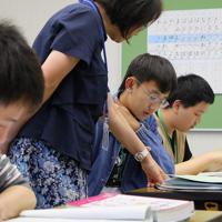 今年4月に開校した川口市立芝西陽春分校で日本語を勉強する外国籍の生徒たち=埼玉県川口市で2019年5月22日、長谷川直亮撮影