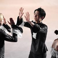 アイスショーを終え、エフゲニー・プルシェンコ(左)とハイタッチを交わす羽生結弦=千葉市美浜区で2019年5月24日、竹内紀臣撮影