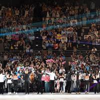 アイスショーの最後にあいさつをする出演者と盛り上がる満員の観客席=千葉市美浜区で2019年5月24日、竹内紀臣撮影