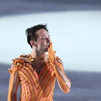 アイスショーで演技を終え、客席に投げキッスをするジョニー・ウィア=千葉市美浜区で2019年5月24日、竹内紀臣撮影