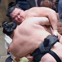 豪栄道(手前)の攻めを必死にこらえる朝乃山=東京・両国国技館で2019年5月25日、藤井太郎撮影