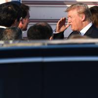 令和初の国賓として来日し、出迎えを受けるトランプ米大統領とメラニア夫人=羽田空港で2019年5月25日午後5時19分、丸山博撮影