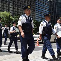 トランプ米大統領の来日を前に都心部で警戒する警察官ら=東京都千代田区で2019年5月25日午前10時31分、竹内紀臣撮影