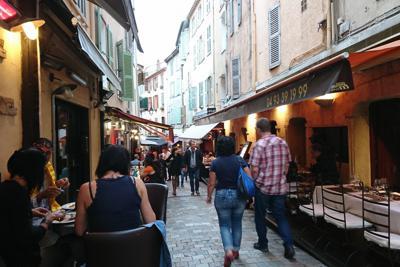 カンヌの市街地の飲食店街。多くの店が外にテーブルを並べている。午後8時を過ぎているが、この明るさ=フランス・カンヌで2019年5月24日、小林祥晃撮影