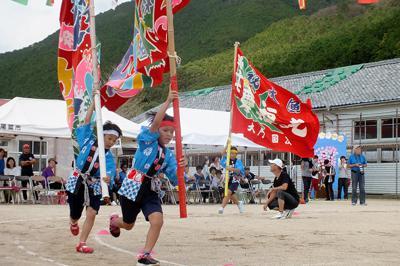 関東以西は秋派が目立つ。運動会で大漁旗をはためかせながら走る児童たち=三重県尾鷲市の三木小学校で2018年10月、下村恵美撮影