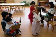 Children and teachers are seen playing at the Nikoniko class in Himawari Kindergarten, in Higashiomi, Shiga Prefecture, on May 9, 2019. (Mainichi/Shigeto Ohzawa)
