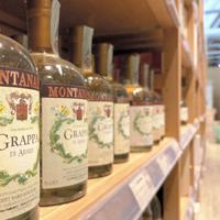 イタリアの酒店にはワインとともに多くのグラッパが陳列されている=ローマで