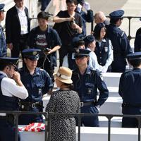 安倍晋三首相とトランプ米大統領が相撲観戦に訪れるため、一般客に目を光らす日米の警察や警備担当者=東京・両国国技館で2019年5月26日午後2時31分、丸山博撮影