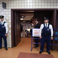 安倍晋三首相とトランプ米大統領が相撲観戦に訪れるため、館内で目を光らす警察官=東京・両国国技館で2019年5月26日午後2時55分、丸山博撮影