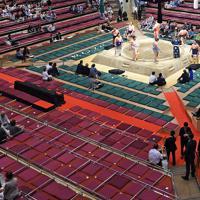 安倍晋三首相とトランプ米大統領が相撲観戦に訪れるため、通路と正面舛席(左)には特別に赤いじゅうたんが敷かれた=東京・両国国技館で2019年5月26日午後1時33分、丸山博撮影