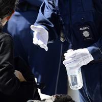 トランプ大統領の来日による警備のため、手荷物検査で没収されるペットボトル=東京・両国国技館前で2019年5月26日午後1時24分、北山夏帆撮影