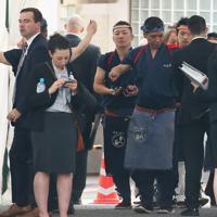 ボディチェックを受ける安倍晋三首相夫妻とトランプ米大統領夫妻の非公式夕食会場の従業員たち=東京都港区で2019年5月26日午後5時15分、玉城達郎撮影