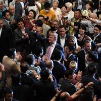 大相撲の観戦に訪れ、観客に手を振るトランプ米大統領(中央)=東京・両国国技館で2019年5月26日、竹内紀臣撮影