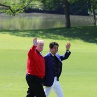 ゴルフ場で安倍晋三首相の出迎えを受け、手を振るトランプ米大統領(左)=千葉県茂原市の茂原カントリー倶楽部で2019年5月26日午前9時7分(代表撮影)