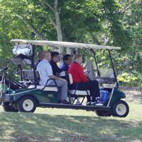 安倍晋三首相(右から2人目)が運転するゴルフカートで移動する、トランプ米大統領(右端)=千葉県茂原市の茂原カントリー倶楽部で2019年5月26日午前9時9分(代表撮影)