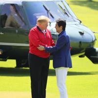 ゴルフ場で安倍晋三首相の出迎えを受けるトランプ米大統領(左)=千葉県茂原市の茂原カントリー倶楽部で2019年5月26日午前9時7分(代表撮影)