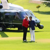 安倍晋三首相の出迎えを受けるトランプ米大統領(左)=千葉県茂原市の茂原カントリー倶楽部で2019年5月26日午前9時7分(代表撮影)