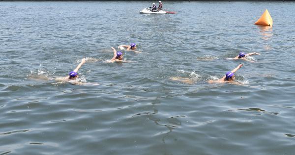 隅田川で日本泳法 伝統の技披露 普段は遊泳禁止