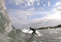 Kenshiro Ito, 42, surfs with an artificial leg at Tsurigasaki Beach in the town of Ichinomiya, Chiba Prefecture, on May 15, 2019. (Mainichi/Tatsuya Fujii)
