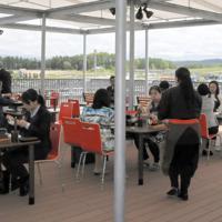 旭川空港ターミナルビル屋上で大雪山系や飛行機を眺めながら、ジンギスカンが味わえるテラス「カムイチカプ」