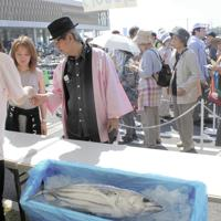 新鮮なカツオを求めて行列となった勝浦カツオまつり=千葉県勝浦市で