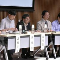 強盗致傷容疑の裁判に対する模擬評議に臨む参加者=新潟市中央区万代3の新潟日報メディアシップで