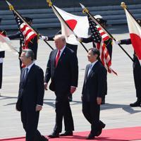 歓迎行事で天皇陛下と並んで歩くトランプ米大統領=皇居・東庭で2019年5月27日午前9時27分(代表撮影)
