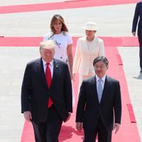 歓迎行事で天皇陛下と並んで歩くトランプ米大統領=皇居・東庭で2019年5月27日午前9時36分(代表撮影)
