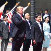 米国歌が流れ胸に手を当てるトランプ米大統領夫妻と天皇、皇后両陛下=皇居・宮殿で2019年5月27日午前9時27分、滝川大貴撮影
