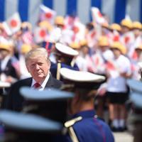 歓迎行事で儀仗隊を巡閲するトランプ米大統領=皇居・宮殿で2019年5月27日午前9時32分、滝川大貴撮影