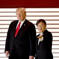歓迎式典を終え、回廊を歩かれる天皇陛下と米トランプ大統領=皇居・宮殿「回廊」で2019年5月27日午前9時44分(代表撮影)