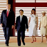 歓迎式典を終え、回廊を歩かれる天皇、皇后両陛下とトランプ米大統領夫妻=皇居・宮殿「回廊」で2019年5月27日午前9時44分(代表撮影)