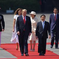 国賓としての歓迎行事に臨むトランプ米大統領と笑顔で歩く天皇陛下、妻のメラニアさんと皇后さま。右から2人目は安倍晋三首相=皇居・東庭で2019年5月27日午前9時27分、手塚耕一郎撮影