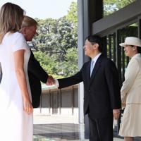 トランプ米大統領夫妻を出迎えられる天皇、皇后両陛下=皇居・宮殿南車寄で2019年5月27日午前9時24分、佐々木順一撮影