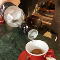 エスプレッソにグラッパを少量加えた「カフェ・コレット」=ローマ近郊ネットゥーノで