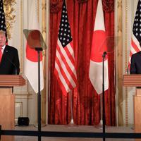日米首脳会談後の共同記者会見に臨むトランプ米大統領(左)と安倍晋三首相=東京・元赤坂の迎賓館で2019年5月27日午後3時16分、梅村直承撮影