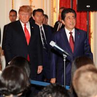 日米首脳会談を終え、共同記者会見場に入る安倍晋三首相(右)とトランプ米大統領(奥)=東京・元赤坂の迎賓館で2019年5月27日午後3時2分、梅村直承撮影